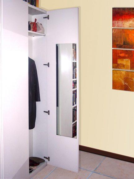 Lahka in varna akrilna ogledala na vratih omare