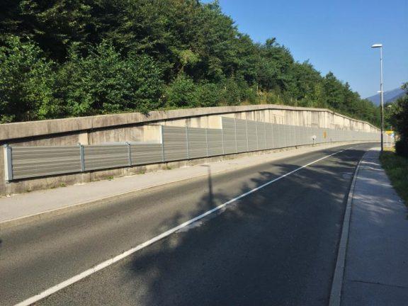 Aluminijska protihrupna ograja na betonskem zidu Lipce
