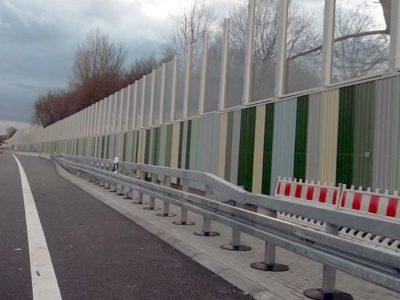 Aluminijske protihrupne obloge na betonskem zidu