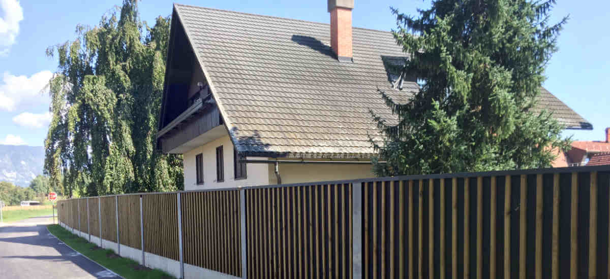 Lesena protihrupna ograja ob hiši na Bledu