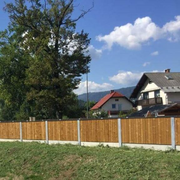 Lesena protihrupna ograja zadnja stran Bled