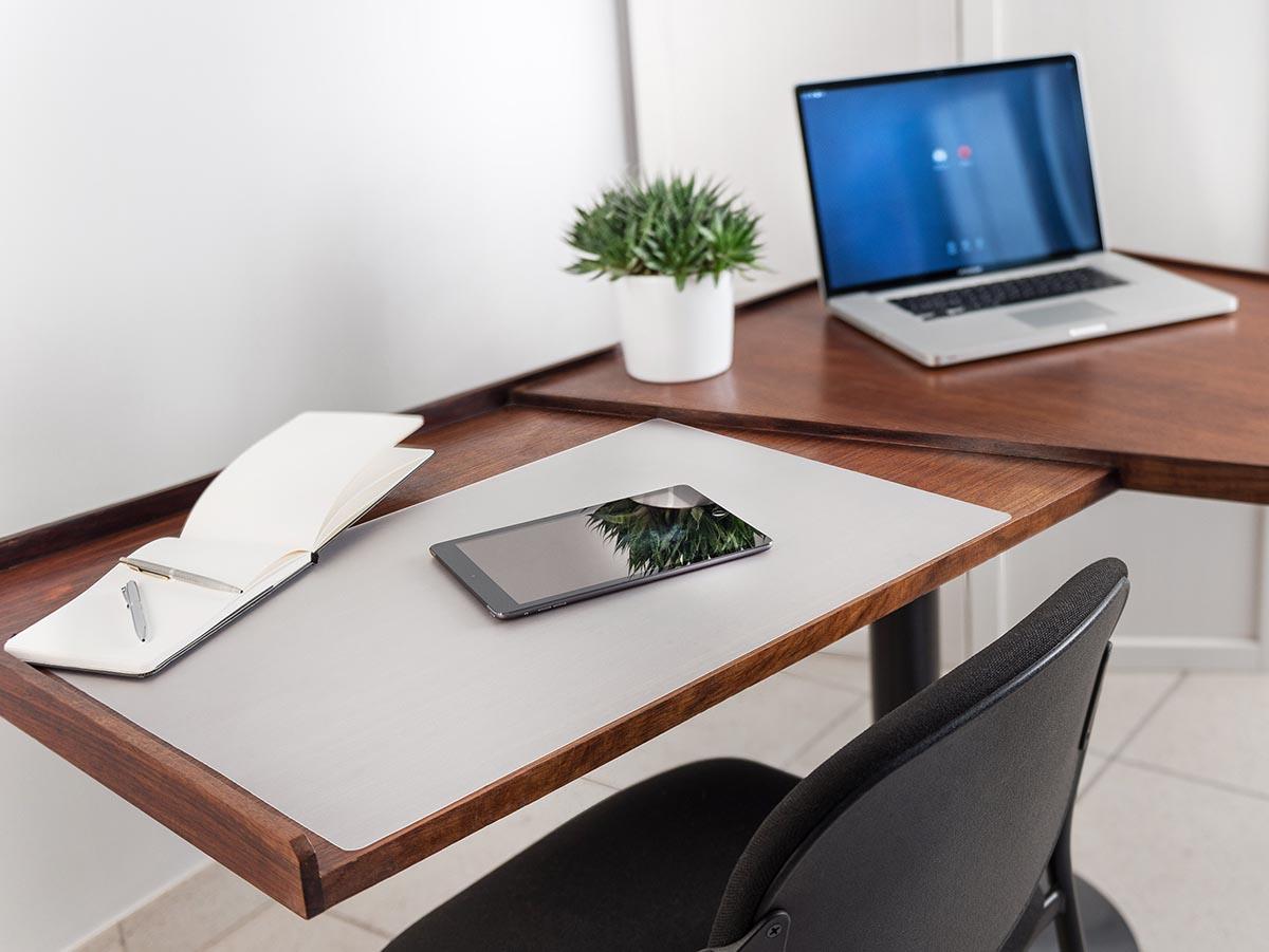 Transparentna namizna podloga za zascito miz