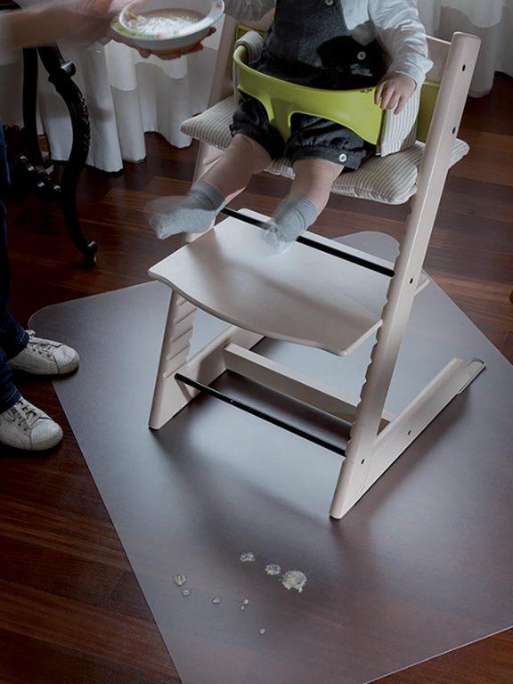 Transparentna podloga za zaščito tal pod otroškim stolom