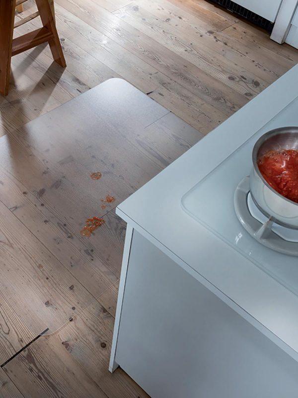 Transparentna podloga za zascito tal v kuhinji