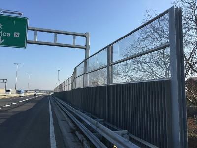 Transparentna protihrupna ograja ob avtocesti v Zagrebu