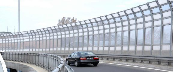 Transparentni protihrupni paneli ob cesti