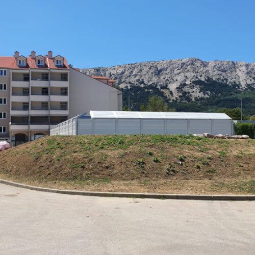 Protihrupna ograja ob toplotnih črpalkah Krk Hrvaška