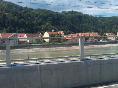 Transparentna protihrupna ograja med cesto in zeleznico - Krsko
