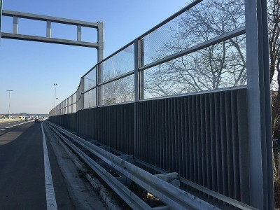 Transparentna protihrupna ograja Zagreb kombinacija z betonskimi paneli